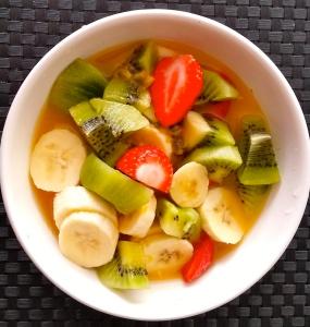 Soupe de fruits frais pour le goûter (jus d'orange, citron vert et passion pressée, banane, kiwi, fraise.